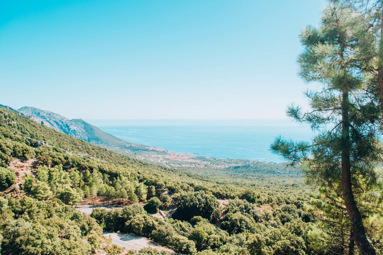 veduta di versante di montagna fino al mare