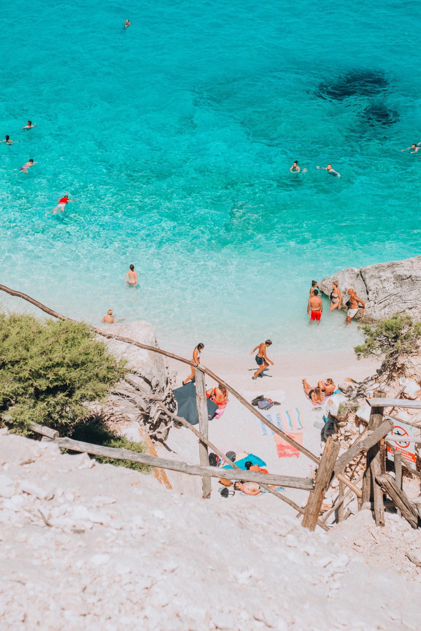 veduta dall'alta di spiaggia bianca e acqua azzurra