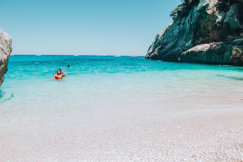ragazza con bikini rosso in acqua celeste