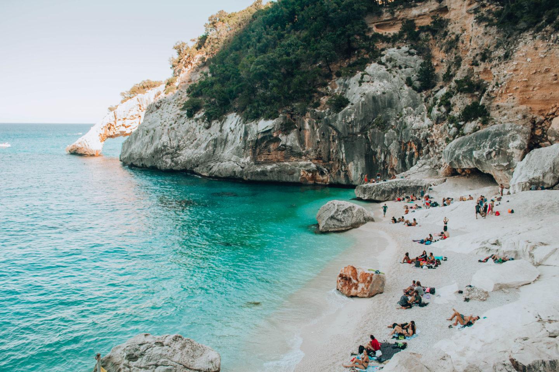 spiaggia bianca con scogliera di lato