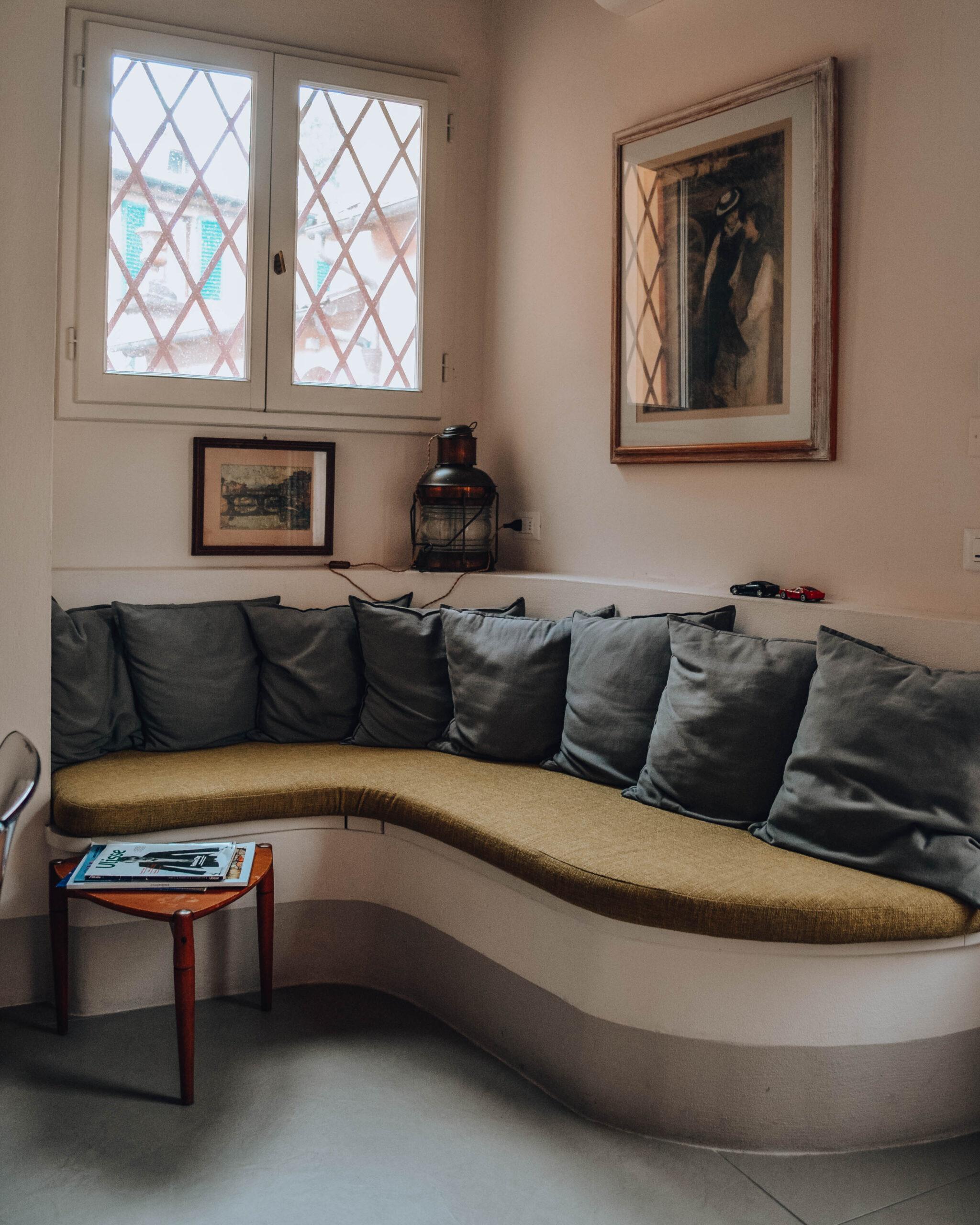 divanetto d'angolo con cuscini
