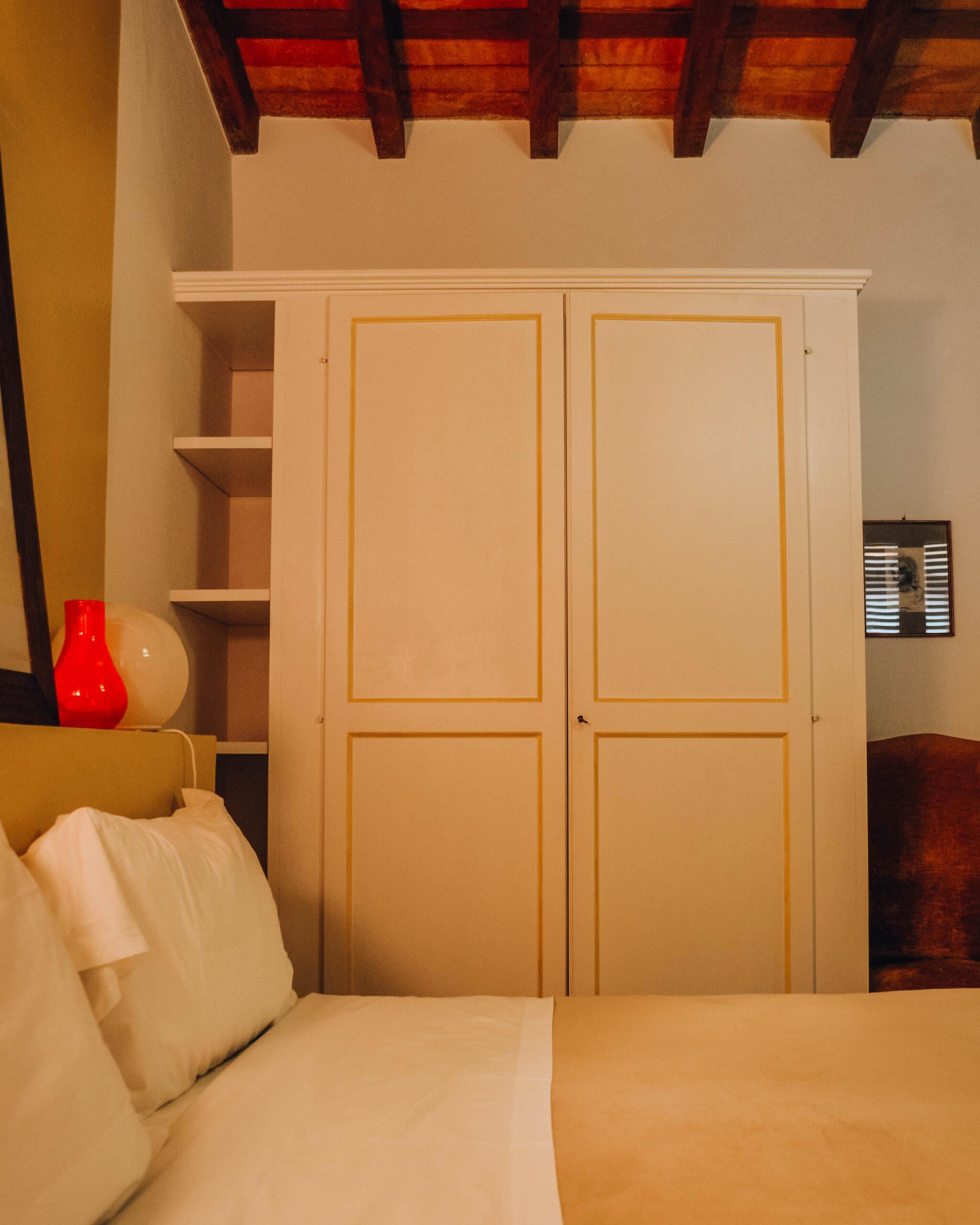 armadio in stanza con dettagli gialli
