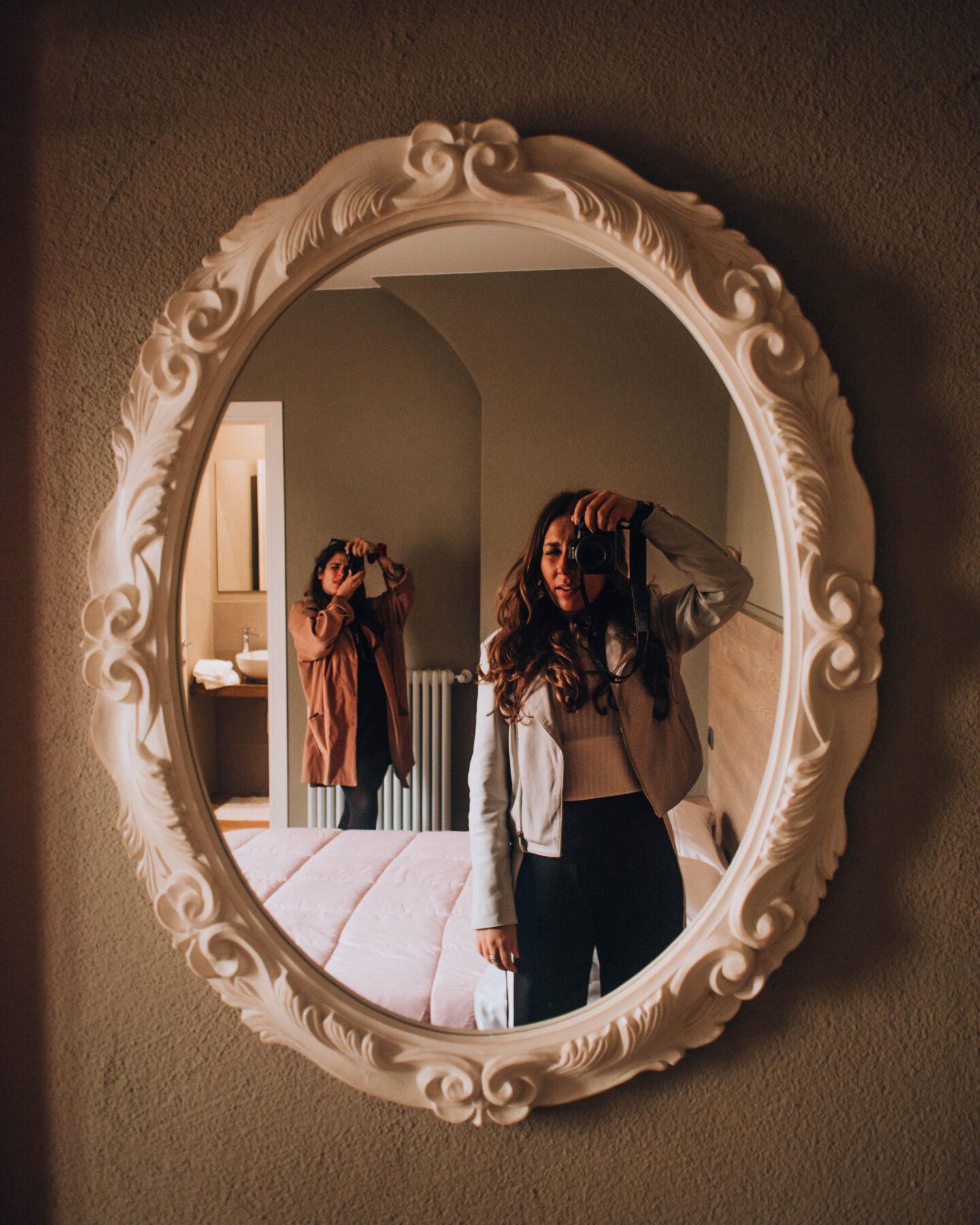 ragazze che si fotografano allo specchio