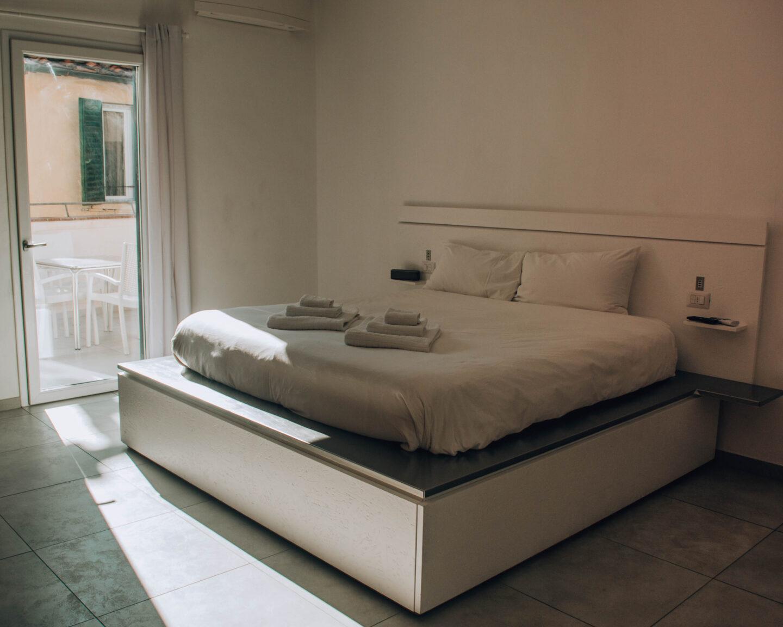 stanza da letto moderna e bianca