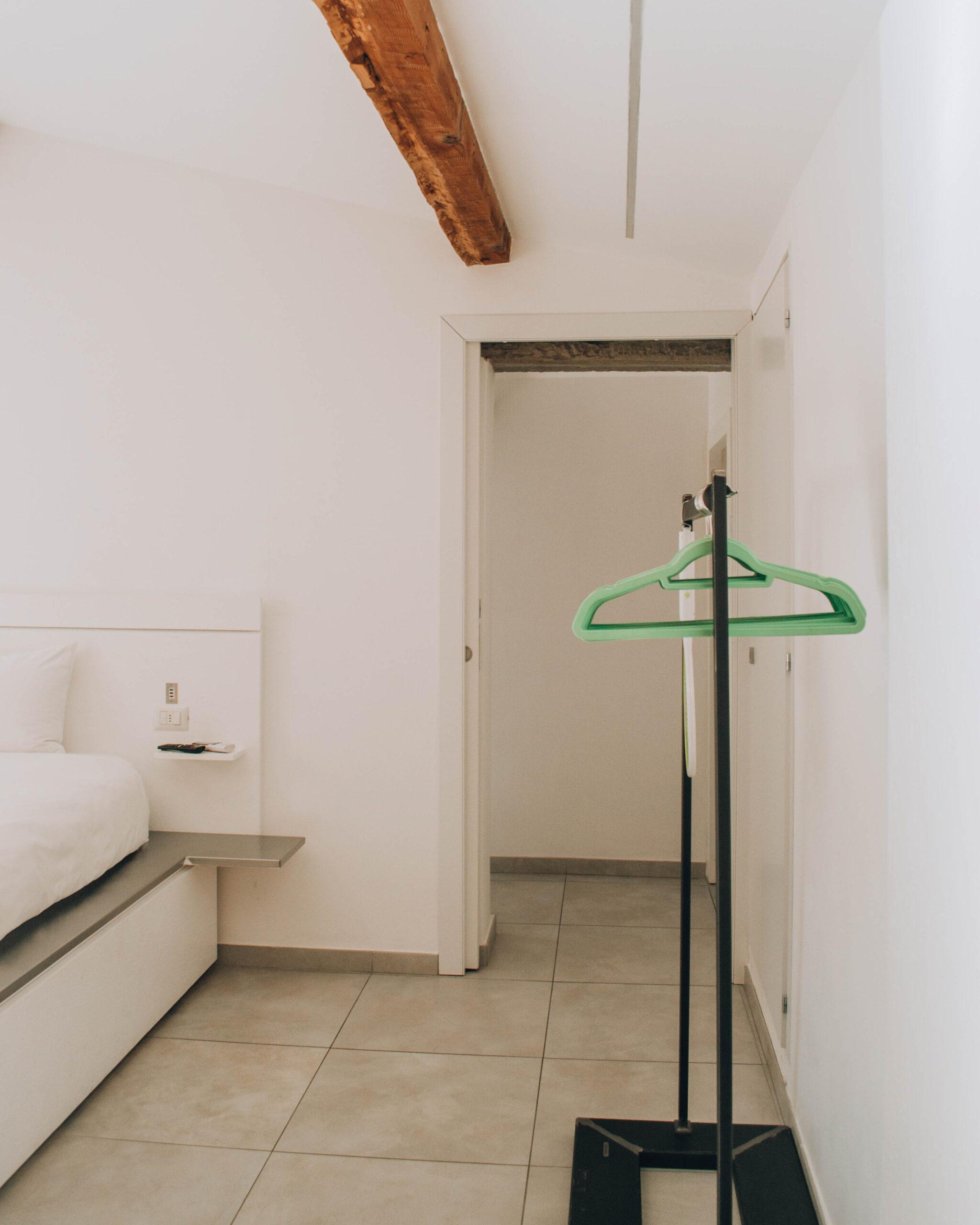 interno di corridoio bianco