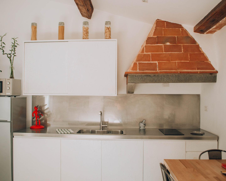 cucina moderna con inserti in pietra