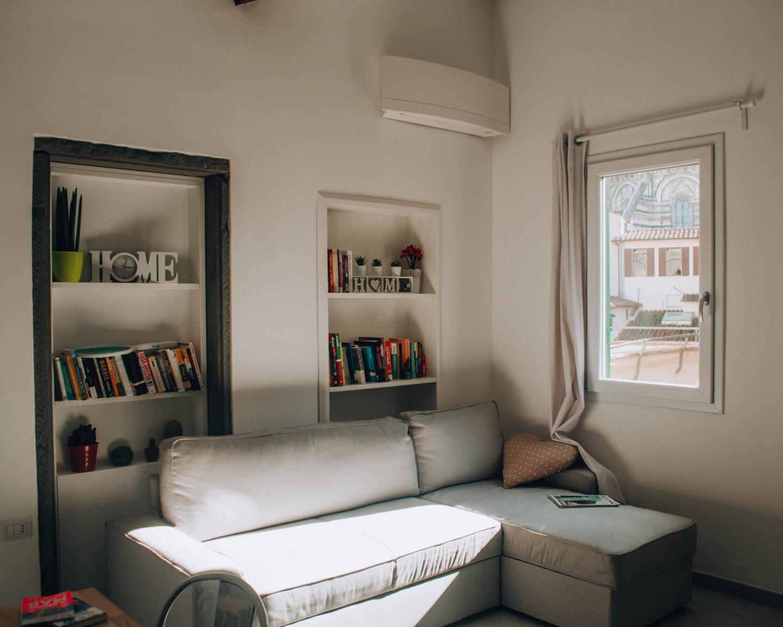 angolo living moderno con due librerie incastonate nel muro