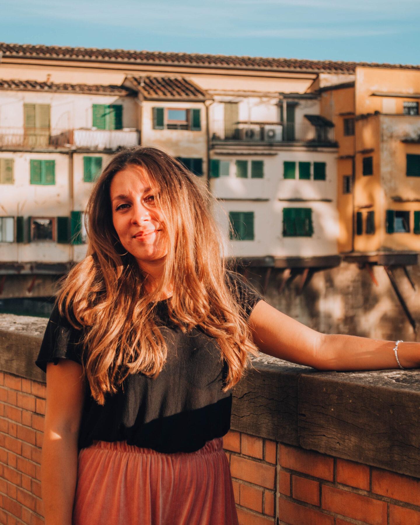 ragazza sorridente illuminata dal sole