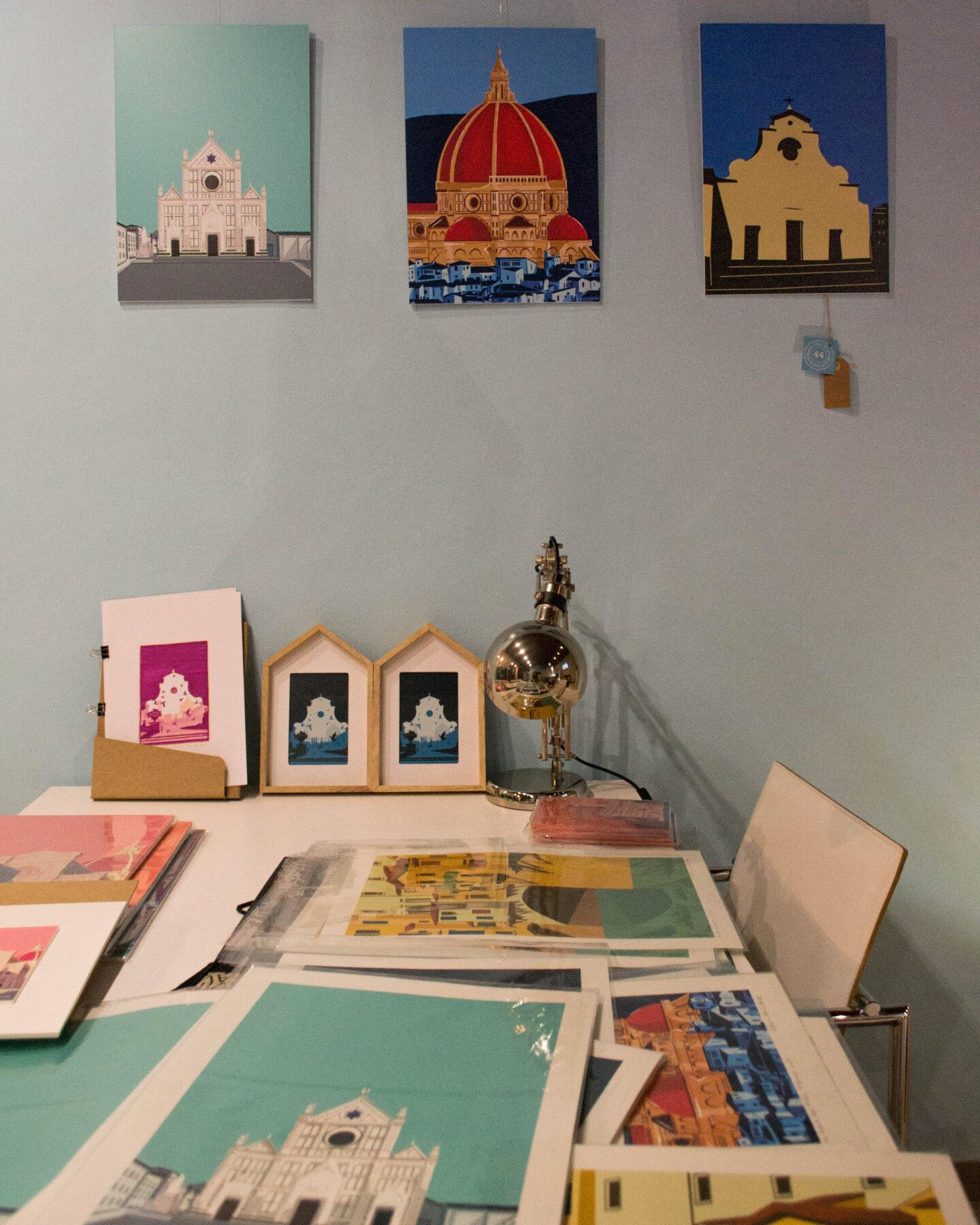 tavolo con disegni, stampe e bozzetti