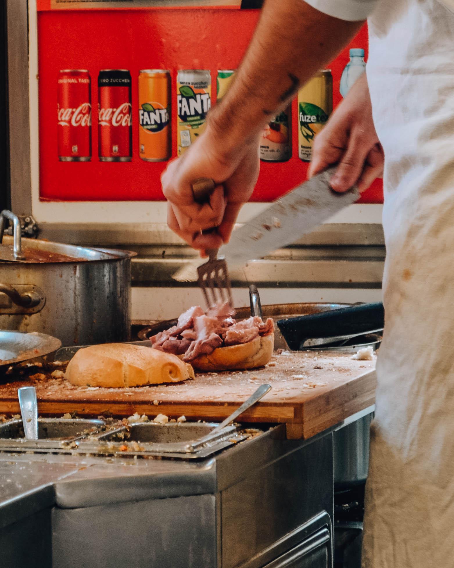 mani che preparano un panino street food