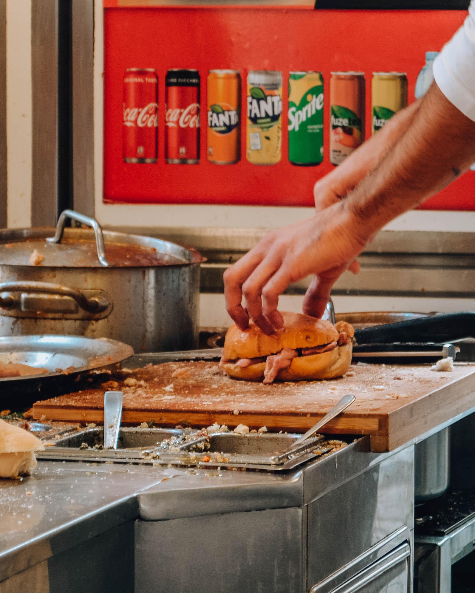 mani che preparano panino street food