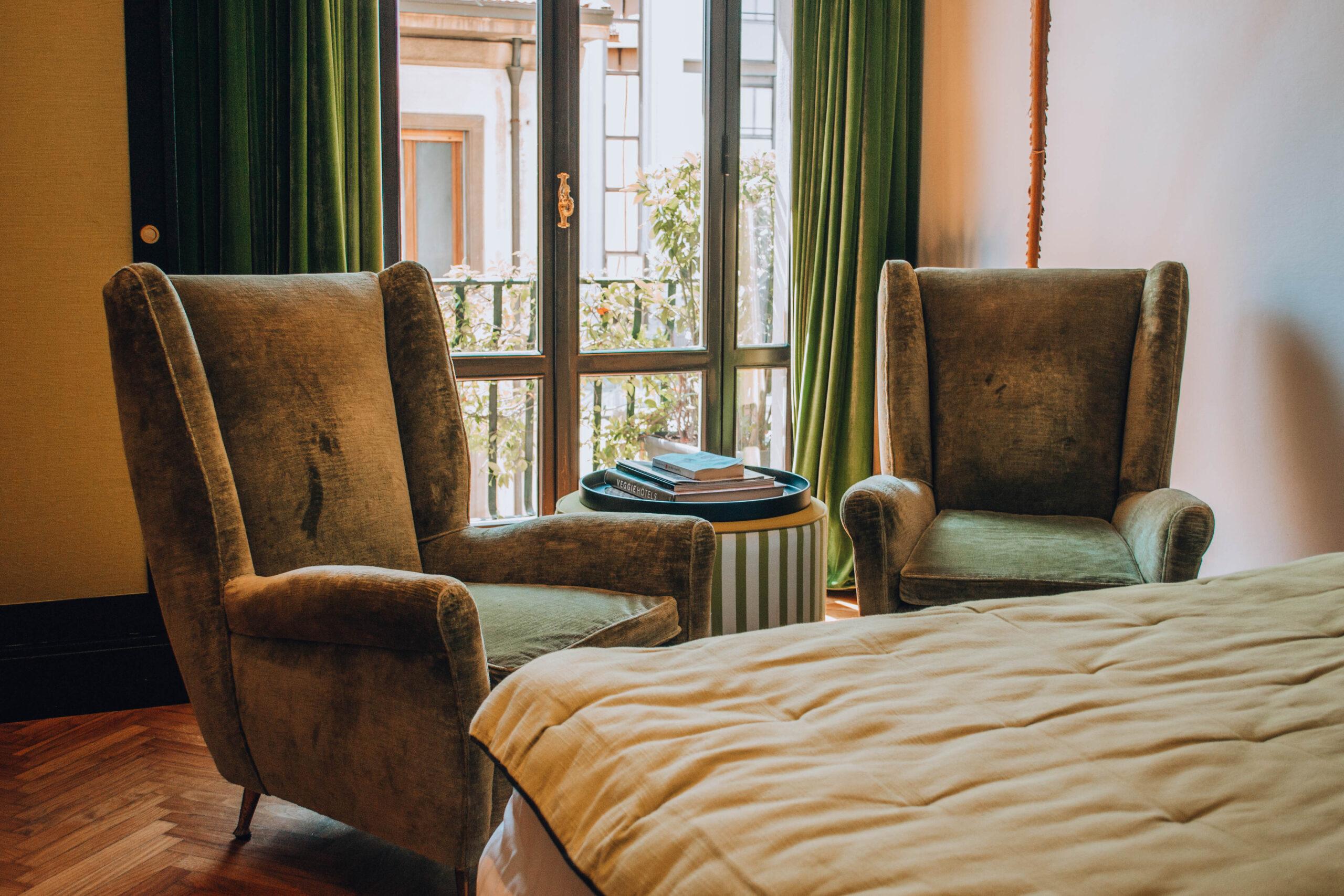 poltrone verdi e tavolino con libri posti sopra