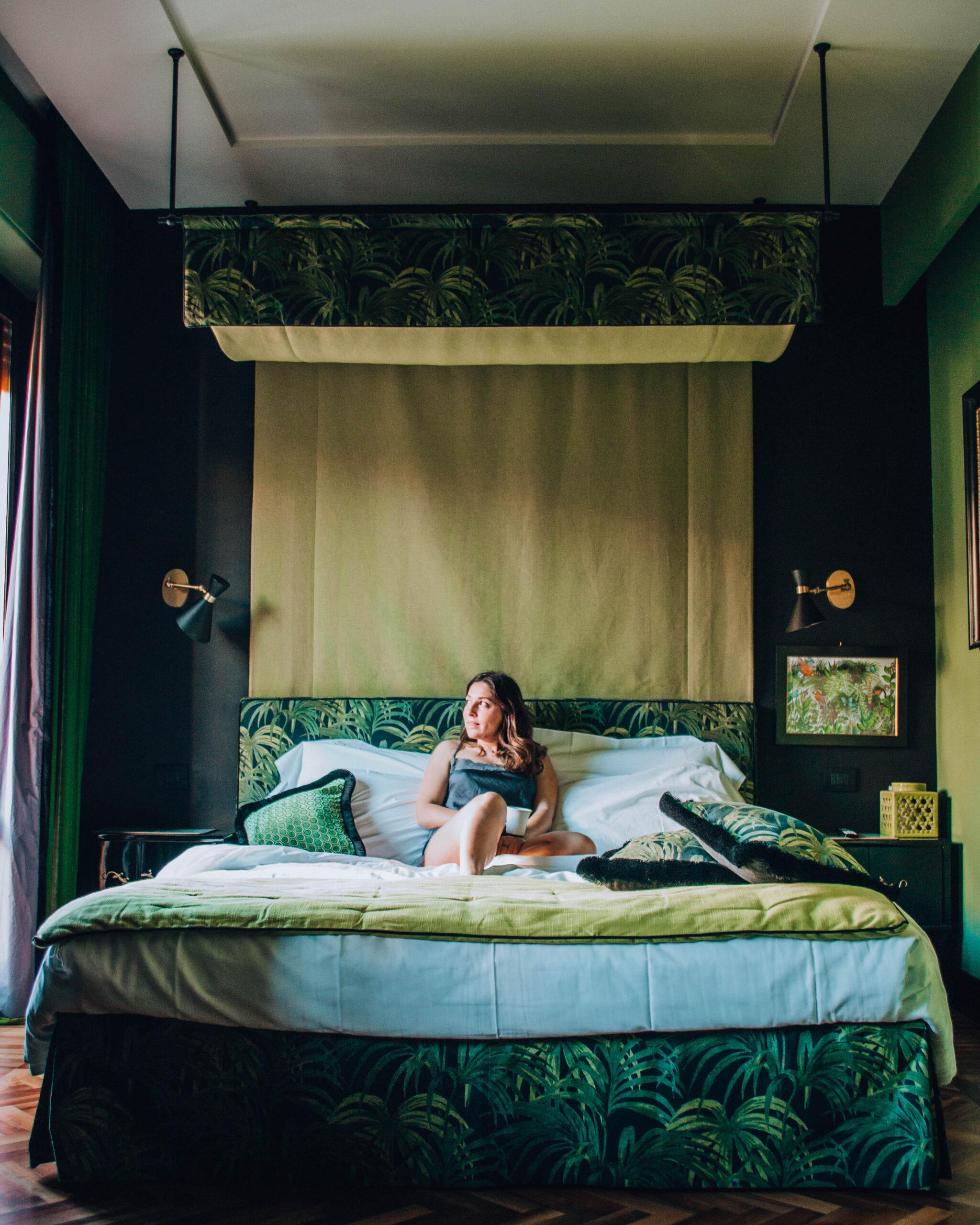ragazza in pigiama che fa coazione su letto a baldacchino
