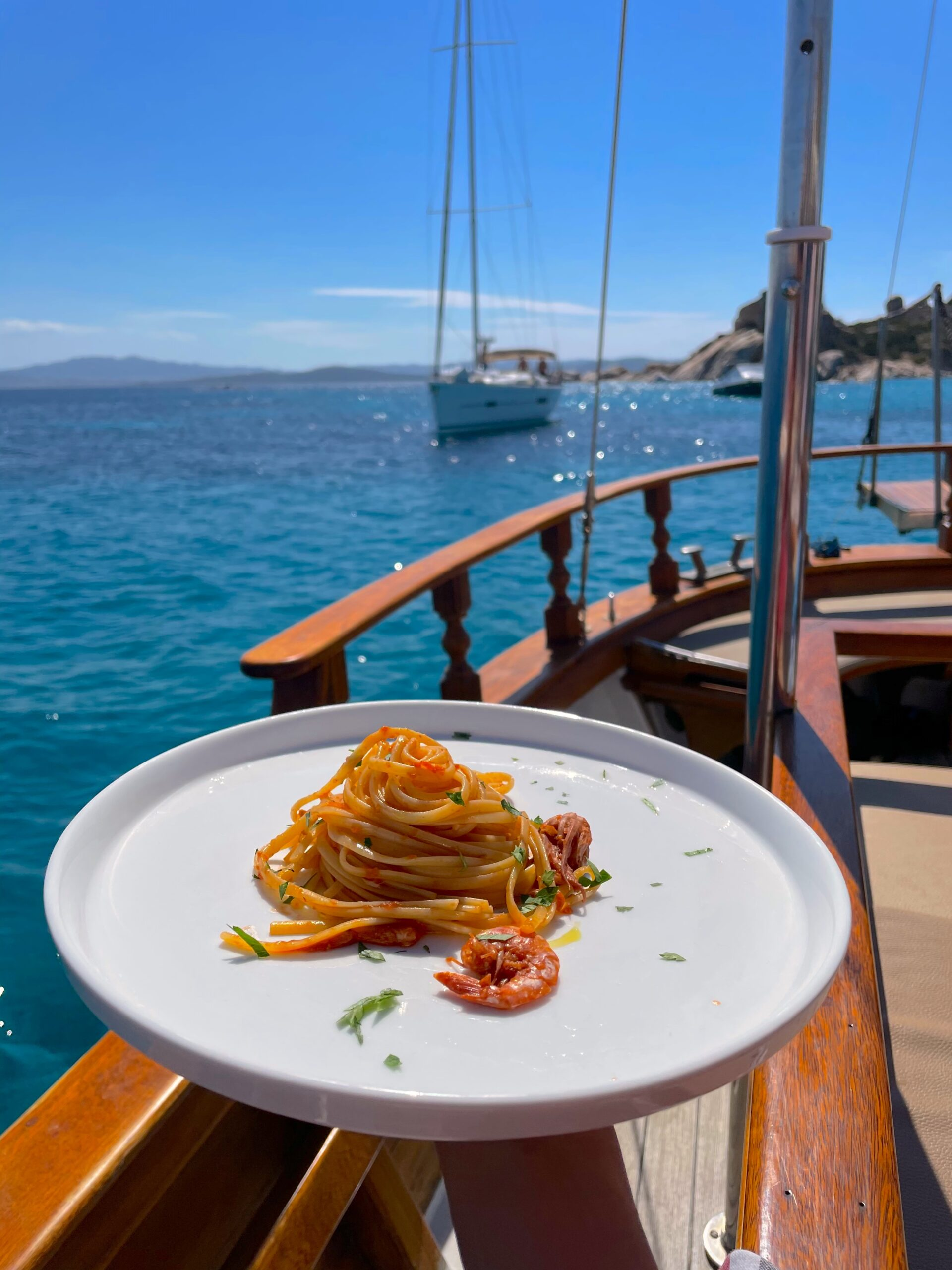piatto di spaghetti al pesce su veliero