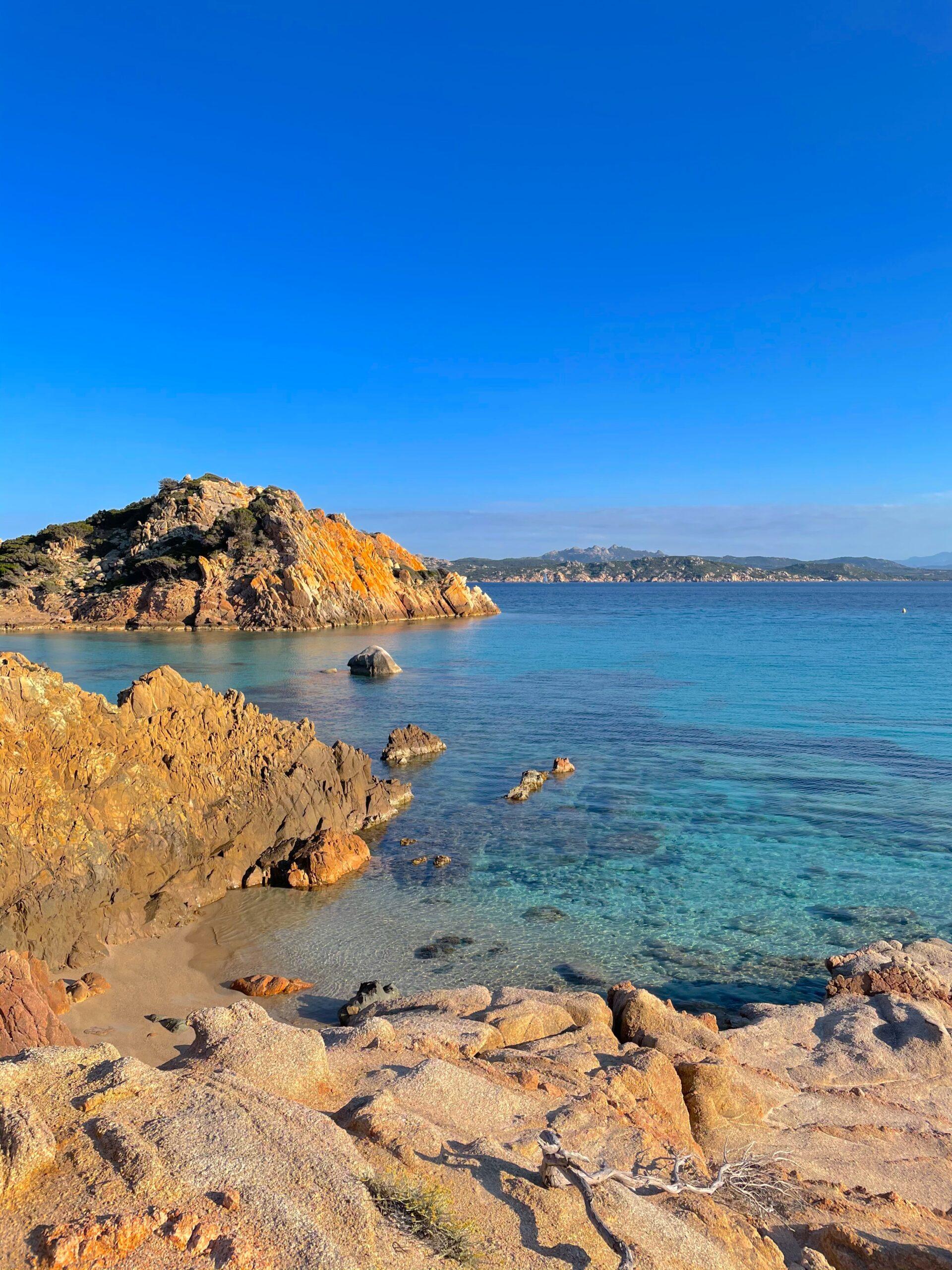 veduta di scoglio e spiaggia con acqua cristallina